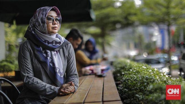 Dwi Siti Rhomdoni mengalami patah tiga ruas tulang leher akibat teror bom Thamrin 2016. Kini dia adalah salah satu pengurus jaringan korban terorisme.