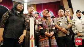 Risma Tinjau Natal di Gereja Lokasi Bom Surabaya