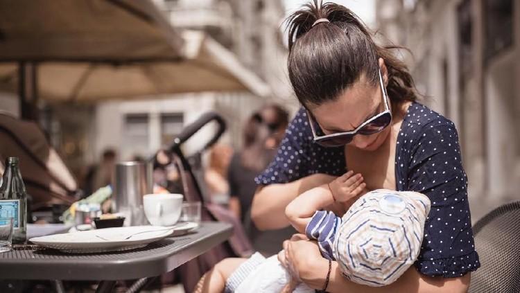 Seorang wanita menangis setelah merasa dipermalukan di toko ritel. Dia diminta untuk pindah ke kamar mandi toko tersebut setelah menyusui bayinya di depan toko.