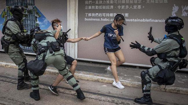 Alih-alih berpesta, puluhan ribu warga Hong Kong memilih turun ke jalan menggelar aksi unjuk rasa saat tahun baru.