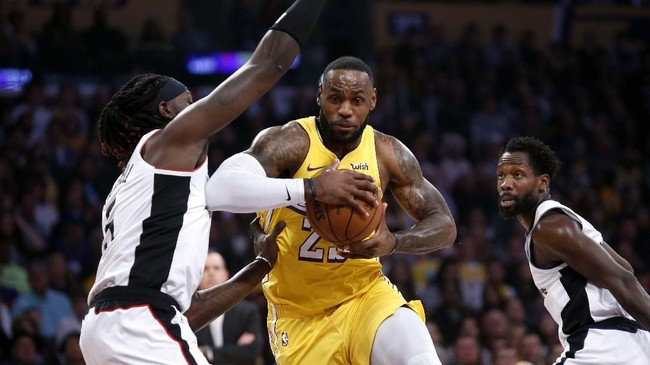 Los Angeles Clippers berhasil menaklukkan Los Angeles Lakers dengan skor 111-106. Berikut foto-foto terbaik dari laga tersebut.