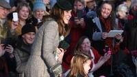 <p>Putri Charlotte tampak cantik mengenakan coat berwarna hijau. Ia juga memegang balon flamingo pemberian dari publik. (Foto: Instagram @clerencehouse)</p>