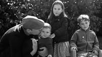 <p>Foto Natal resmi mereka dirilis pada 25 Desember 2019. Foto Natal tersebut diabadikan oleh Kate Middleton. Di foto ada Pangeran William tengah mengecup pipi Pangeran Louis, di sampingnya ada Putri Charlotte dan Pangeran George. (Foto: Instagram @kensingtonroyal)</p>