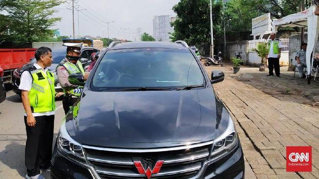 Petugas gabungan menilang empat mobil dan sembilan motor yang tak taat pajak saat razia di Outer Ringroad Lingkar luar, Cengkareng, Jakarta Barat.