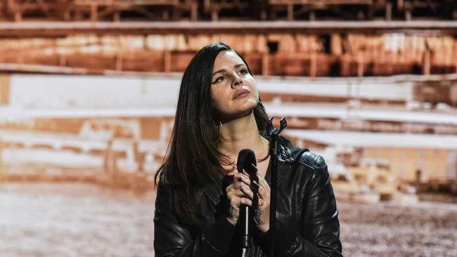 Lana Del Rey terpaksa membatalkan tur Eropa dan Inggris karena sakit yang menyebabkan dia kehilangan suara.
