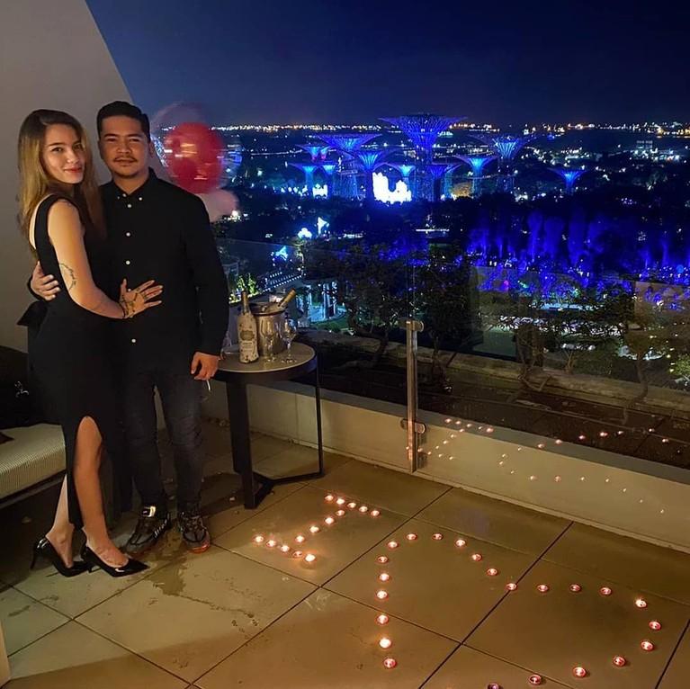 Pada malam Natal 2019 lalu, Sheila Marcia dilamar sang kekasih, Dimas Akira dengan kejutan romantis.