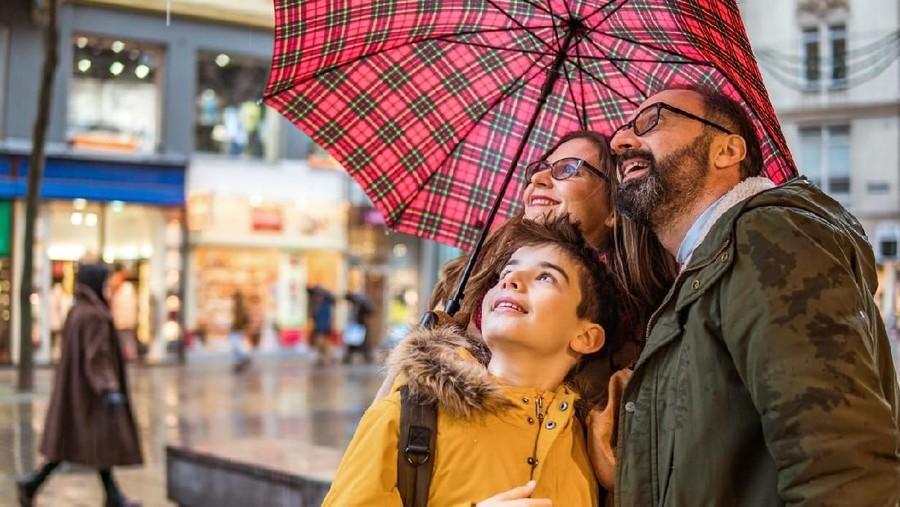 Tips Liburan Bersama Anak-anak di Musim Hujan
