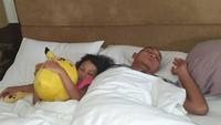 <p>Si kecil yang dipanggil Taza ini lengket banget sama sang ayah. Pernah saat sakit dan Markus sedang di luar kota, Taza tidur pakai sarung ayahnya sampai nangis. Sweet banget! (Instagram @bylqisjuwitaningsih)</p>