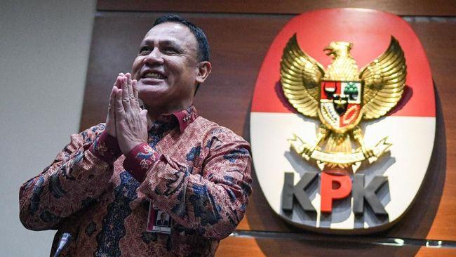 Ketua KPK Firli Bahuri menyapa wartawan saat konferensi pers di gedung KPK, Jakarta, Jumat (27/12/2019). Dalam kesempatan tersebut, Firli Bahuri mengenalkan dua Pelaksana harian (Plh) juru bicara KPK antara lain Ipi Maryati dalam bidang pencegahan dan Ali Fikri dalam bidang penindakan. ANTARA FOTO/M Risyal Hidayat/wsj.