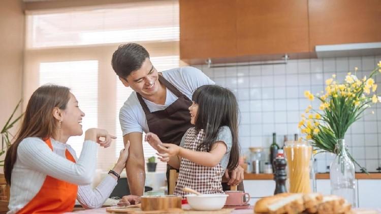Pada tahun 2020, diprediksi akan ada 5 zodiak yang akan jadi orang tua terbaik untuk anaknya. Gaya parenting mereka berdampak besar pada tumbuh kembang anak.
