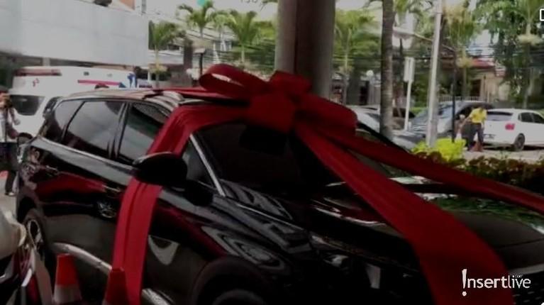Baim Wong memberikan mobil mewah untuk Paula Verhoeven karena sang istri ingin segera menyetir kembali setelah melahirkan anak pertamanya.