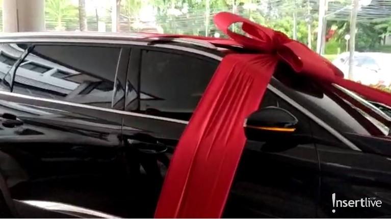 Mobil mewah Baim Wong untuk Paula Verhoeven dikabarkan dibeli seharga Rp820 juta. Baim Wong membelikan Paula mobil karena sebelum melahirkan, istrinya tersebut sempat bilang ingin mobil baru dan menjual mobil lamanya.
