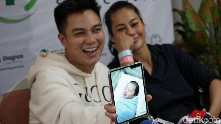 Jadi orang tua baru membuat Baim Wong harus bisa mengurus anak. Suami Paula Verhoeven ini pun belajar untuk memandikan jagoan kecilnya, Kiano Tiger Wong.