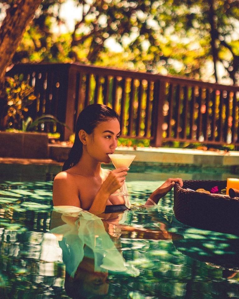 Agnez Mo menyempatkan diri untuk menikmati momen libur Natal dan Tahun baru di Bali. Ia pun terlihat cantik dengan mengenakan kebaya tradisional.