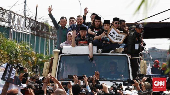 Penampakan truk ditumpangi banyak orang saat penjemputan Ahmad Dhani menjadi sorotan soal keselamatan berkendara.