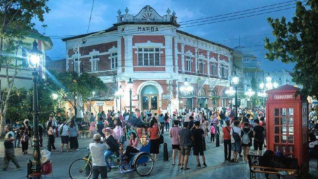 Kota Lama Semarang sangat menarik untuk dijelajahi. Selain selfie, urusan belanja sampai isi perut bisa dilakukan di sini.