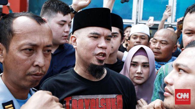 Ahmad Dhani wajib lapor ke Kejaksaan Negeri Surabaya dalam kasus ujaran idiot. Namun, Kejari belum menentukan waktu pelaksanaan wajib lapor itu.