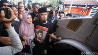 <p>Di Rumah Tahanan (Rutan) Klas I Cipinang, Jakarta Timur, Ahmad Dhani dijemput sang istri, Mulan Jameela. (Foto: Agung Pambudhy)</p>