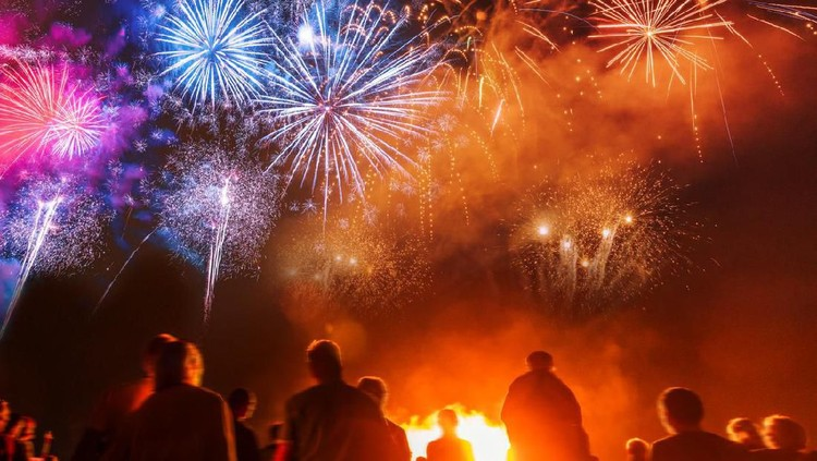 Tahun baru sepertinya tidak lengkap tanpa pesta kembang api. Bunda tertarik untuk melihat pesta kembang api? Ini 5 tempat untuk lihat kembang api di Jakarta.