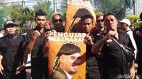 <p>Tak hanya istri dan ketiga anaknya, Ahmad Dhani juga disambut para penggemarnya. Mereka membawa berbagai poster bergambar sang idola. Ada juga yang bertuliskan 'Pengujar Kebenaran'. (Foto: Farih/detikcom)</p>