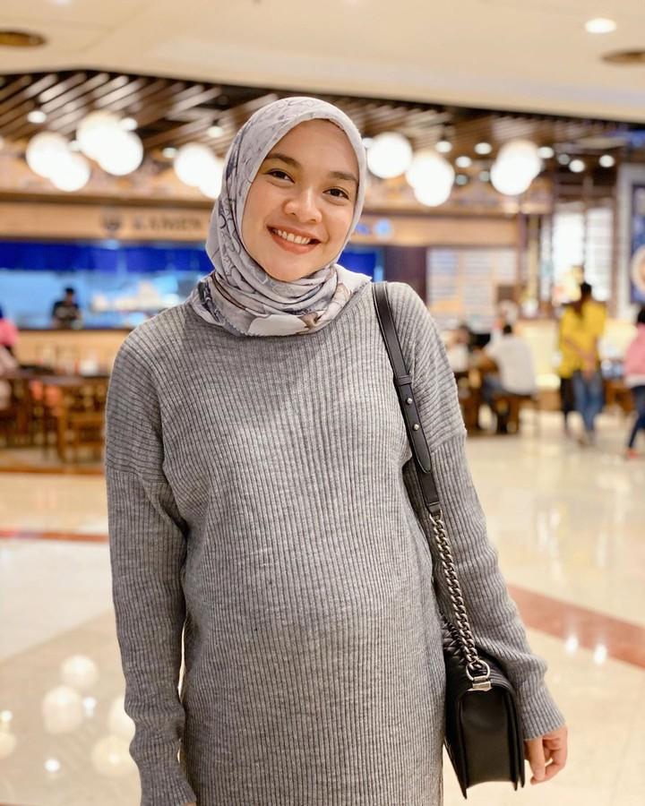 Aktris Tika Bravani makin terlihat glowing dan segar saat hamil. Usia kandungan istri Dimas Aditya kini sudah jalan 33 minggu. Intip yuk, foto-fotonya.
