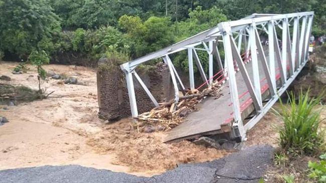 Jaringan kereta lintas Sumatera, Lubuk Linggau-Lahat, terputus selama tujuh jam pada Kamis lalu akibat banjir di kabupaten Lahat.