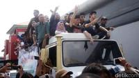 <p>Keluar dari Rutan Klas I Cipinang, Ahmad Dhani, Mulan, dan ketiga putranya pulang naik mobil Unimog. Mereka langsung pulang ke rumah di kawasan Pondok Indah, Jakarta Selatan. (Foto: Agung Pambudhy)</p>