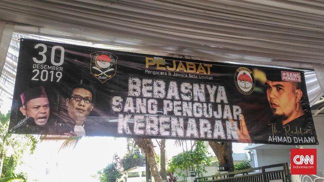 Menjelang kebebasannya, rumah politikus Ahmad Dhani di Pondok Pindang, Jakarta Selatan, tampak ramai dengan spanduk dan foto bertema kebenaran.