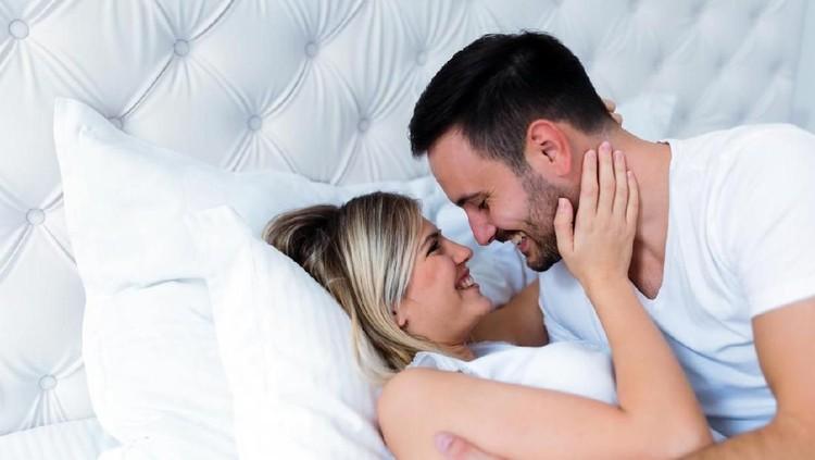Banyak yang percaya kalau meningkatkan frekuensi bercinta bisa meningkatkan peluang untuk hamil. Lalu, apakah ada aturannya harus bercinta setiap hari ya, Bun?