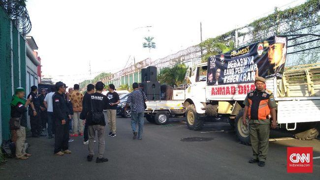 Massa pendukung dan Mulan Jameela tampak hadir di depan Rutan Cipinang menyambut kebebasan Ahmad Dhani dari tahanan.