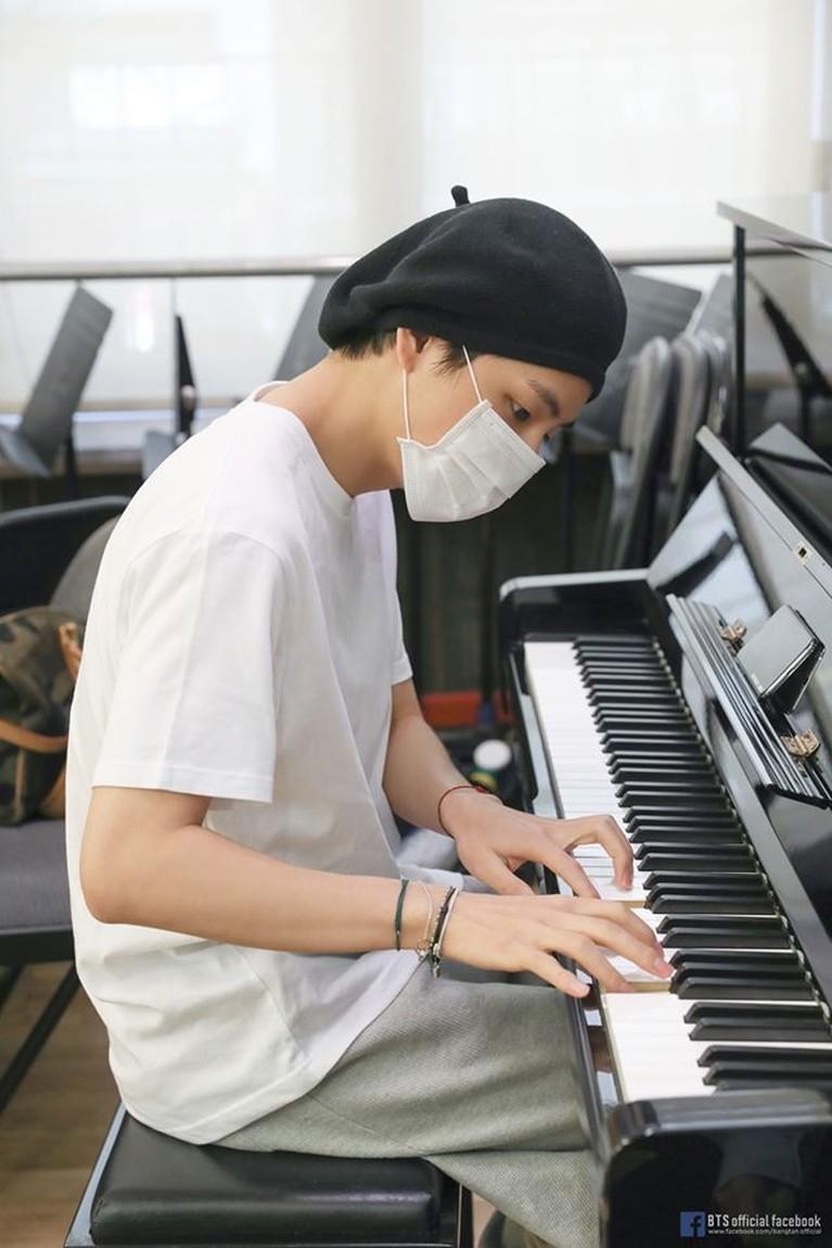 Sejak debut, V BTS sudah memiliki banyak talenta seperti bermain piano dan saxophone. Ia sering kali menunjukkan bakatnya ini ke banyak orang di televisi.