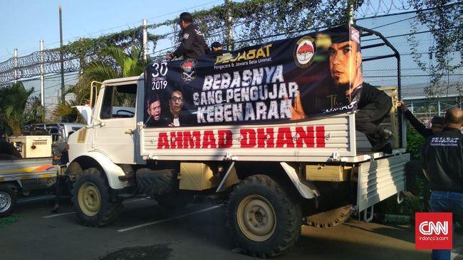 Truk yang ditumpangi Ahmad Dhani usai keluar dari penjara merupakan buatan Mercedes-Benz bernama Unimog.