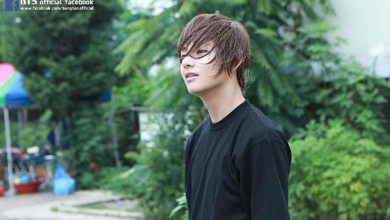 Awalnya, ia adalah pria yang sangat pemalu dan tidak mau menunjukan kepada orang-orang jika dirinya personel BTS yang baru saja debut.