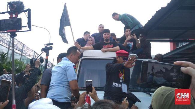 Ahmad Dhani keluar dari Rutan Cipinang pada pukul 09.35 WIB, langsung menuju kediamannya di Pondok Indah dengan kawalan para relawan.