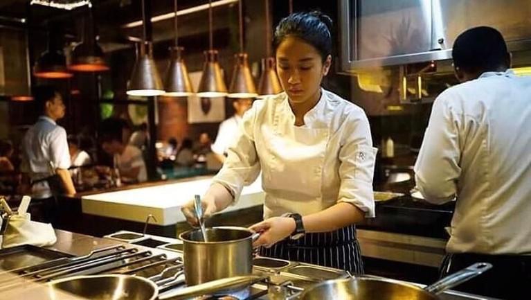 Di usianya yang masih sangat muda, sosok Chef Renatta berhasil mencuri perhatian dengan menjadi salah satu juri di acara ajang kompetisi memasak.