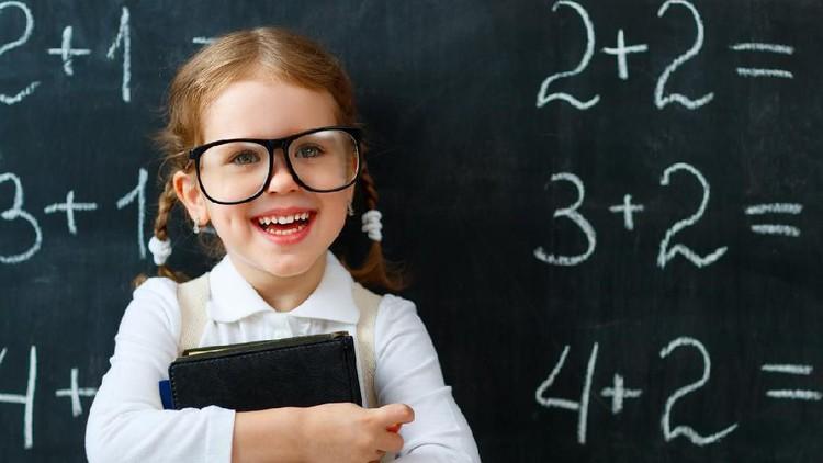 Salah satu cara meningkatkan nilai matematika anak adalah mengajarkan mereka bicara pada sendiri atau self-talk yang positif. Anak bisa lebih percaya diri.