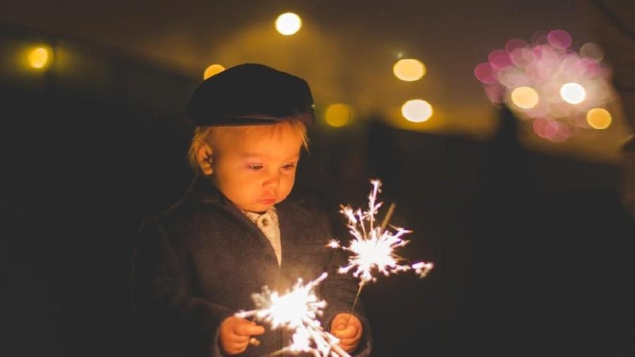 7 Tips Anak Tak Gampang Takut Suara Kembang Api di Malam Tahun Baru