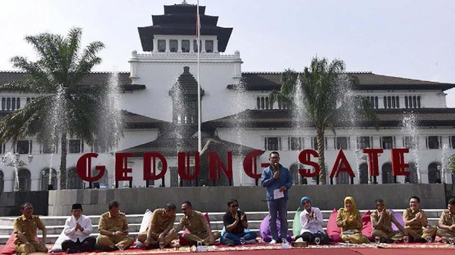 Gubernur Jawa Barat Ridwan Kamil meresmikan Taman Gedung Sate, Taman Saparua, dan Taman Pakuan dalam seremoni di Taman Depan Gedung Sate Kota Bandung, Selasa (31/12/2019).  (ANTARA/HO Humas Pemprov Jabar)