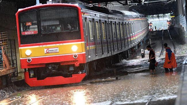Stasiun Sudirman masih belum beroperasi pada Minggu (23/2) akibat tergenangnya rel setelah hujan deras yang terjadi sejak Sabtu (22/2).