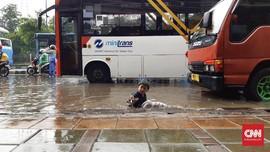 'Water Park' Jalanan dan Cara Lain Melewati Banjir di Jakarta