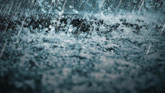 BPBD Kabupaten Cirebon mendata ratusan rumah di lima kecamatan terendam banjir akibat derasnya curah hujan yang membuat sungai meluap sejak Minggu malam.
