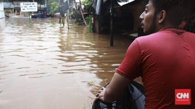 Gubernur DKI Jakarta Anies Baswedan mengatakan peringatan agar warga bantaran Sungai Ciliwung siap banjir diberikan karena debit air di Katulampa siaga I.