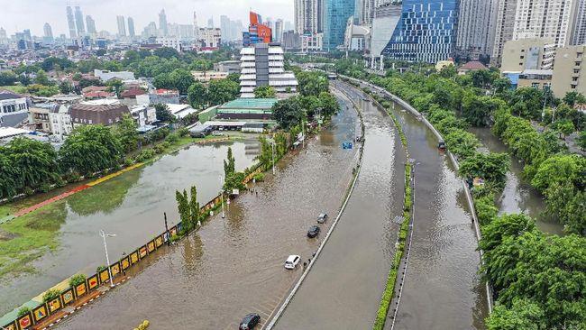 Pengusaha truk menyebut banjir yang melanda Jabodetabek pada awal tahun baru kemarin telah menghambat pengiriman barang.