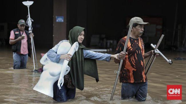Banjir melanda Jakarta. Selain waspada dengan banjir, Anda juga harus waspada dengan penyakit yang mungkin muncul setelahnya.
