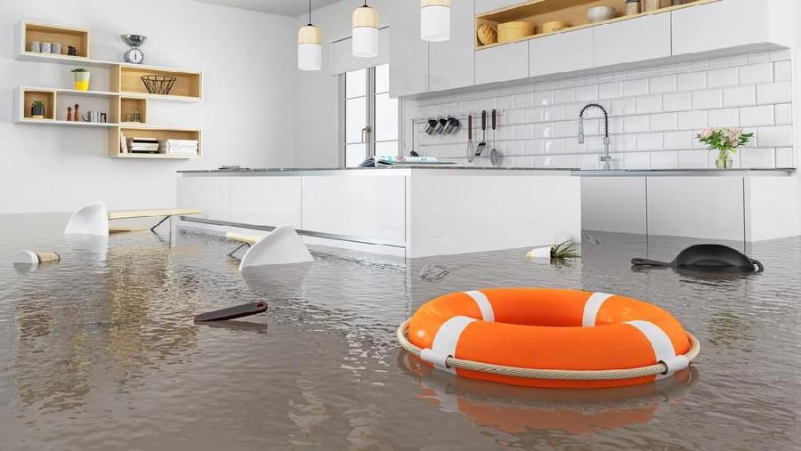 Banjir Tak Tertahankan, Kuungsikan Nenek dengan Kolam Renang Tiup