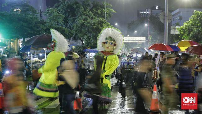 Pemprov DKI tetap menyiagakan hingga 1.000 petugas kebersihan meski meniadakan dan melarang perayaan malam tahun baru demi mencegah penularan Covid-19.
