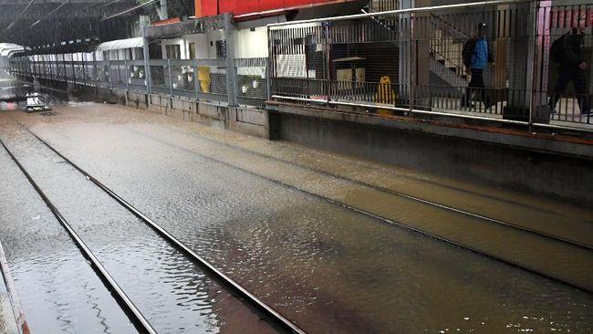PT KAI Daop 8 Surabaya kembali membatalkan seluruh keberangkatan kereta jarak jauh dari Surabaya tujuan Jakarta karena terdampak banjir.