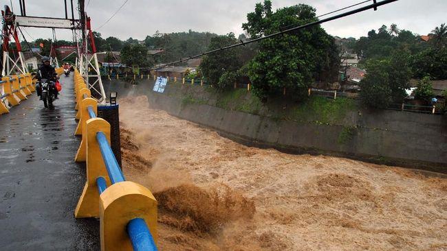 Status Siaga 1 Bendungan Katulampa membuat warga DKI di bantaran kali bersiaga terhadap air kiriman dari Bogor yang diprediksi tiba sekitar tengh malam.