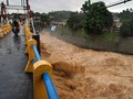 Warga Korban Banjir Kali Ciliwung Mengungsi ke Kampus Binawan