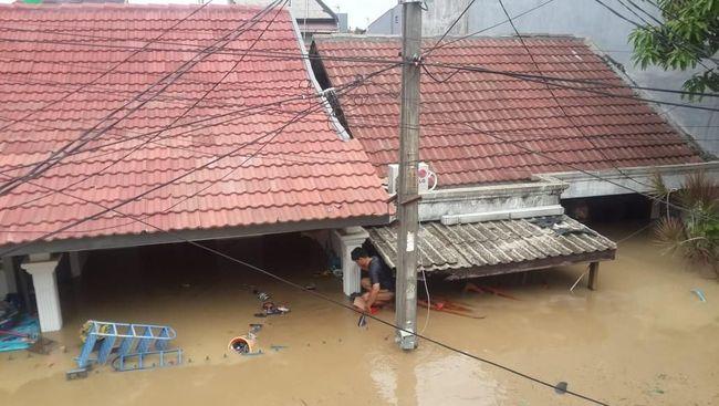 Pihak Polrestro Bekasi mengatakan masih banyak warga terdampak banjir yang belum bisa dievakuasi dari banjir karena kurangnya jumlah perahu karet.